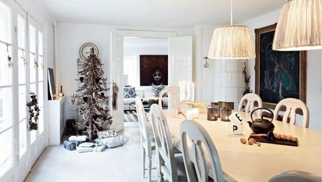 Этот потрясающий по-рождественски украшенный дом первоначально был старой молочней, построенной в 1750 году. В настоящее время это дом для семейной пары с четырьмя детьми в Nordsjælland, Дания. Двухэтажная вилла в 375 квадратных метра с уникальным камином отменно хороша. Рождество здесь начинается с украшения дома под музыку Эллы Фитцджеральд в начале ноября.