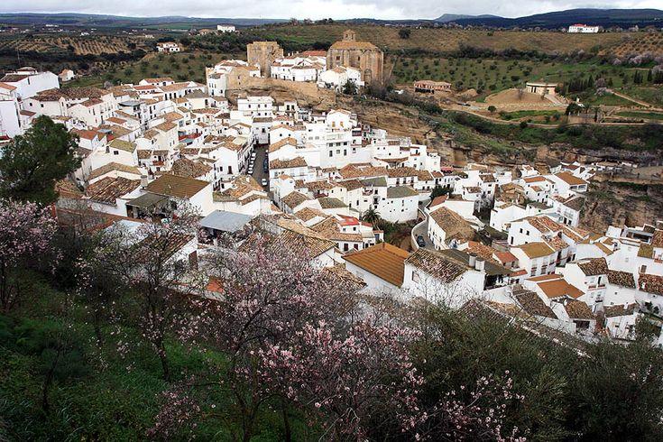 Un pueblo español que vive bajo la sombras de las rocas. Está ubicado a 157 kilómetros de Cádiz, Andalucía, se llama Setenil de las Bodegas y fue construido dentro de una falla producida por la erosión del río Guadalporcún