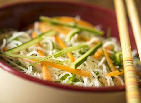 Receita Dedo de Moça: salada de legumes com bifum, pimenta sichuan e vinagrete de saquê