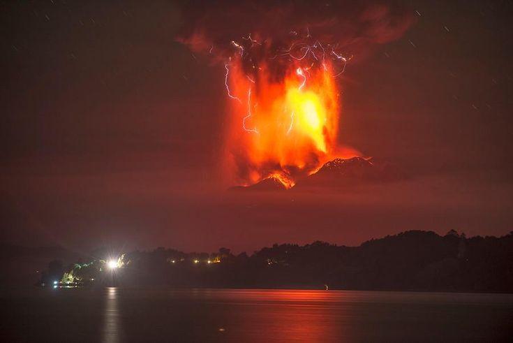 AHORA: en estos momentos, erupción en volcán #Calbuco