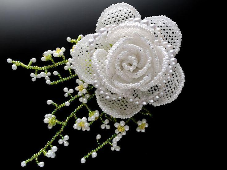 Белые розы и дымка трава бисером корсаж