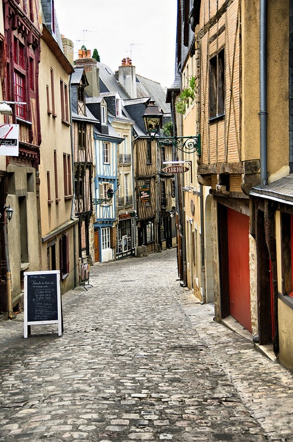 Just to prove that there is more to Le Mans than le circuit de la Sarthe. This is in the old part of the town.