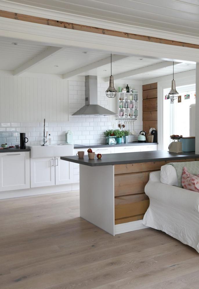LANDSTIL: Kjøkken i landlig stil er mest klassiske og evigvarende ifølge Ikea, som også har levert denne modellen. Kjøkkenøya er laget av restmaterialer fra en rennovering. Pendlene er fra Home og Cottage. Metroflisene på veggen er fine både som kontrastmateriell og sammen med det gamle panelet.