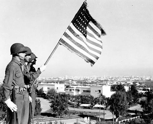 "Casablanca 1943.   guarda de honra do Exército dos EUA apresentando as cores fora villa do Presidente ""Dar es Saada"" no bairro Anfa de Casablanca, Marrocos Francês, onde o presidente norte-americano Franklin D. Roosevelt se hospedaram durante a Conferência de Casablanca, janeiro 1943."
