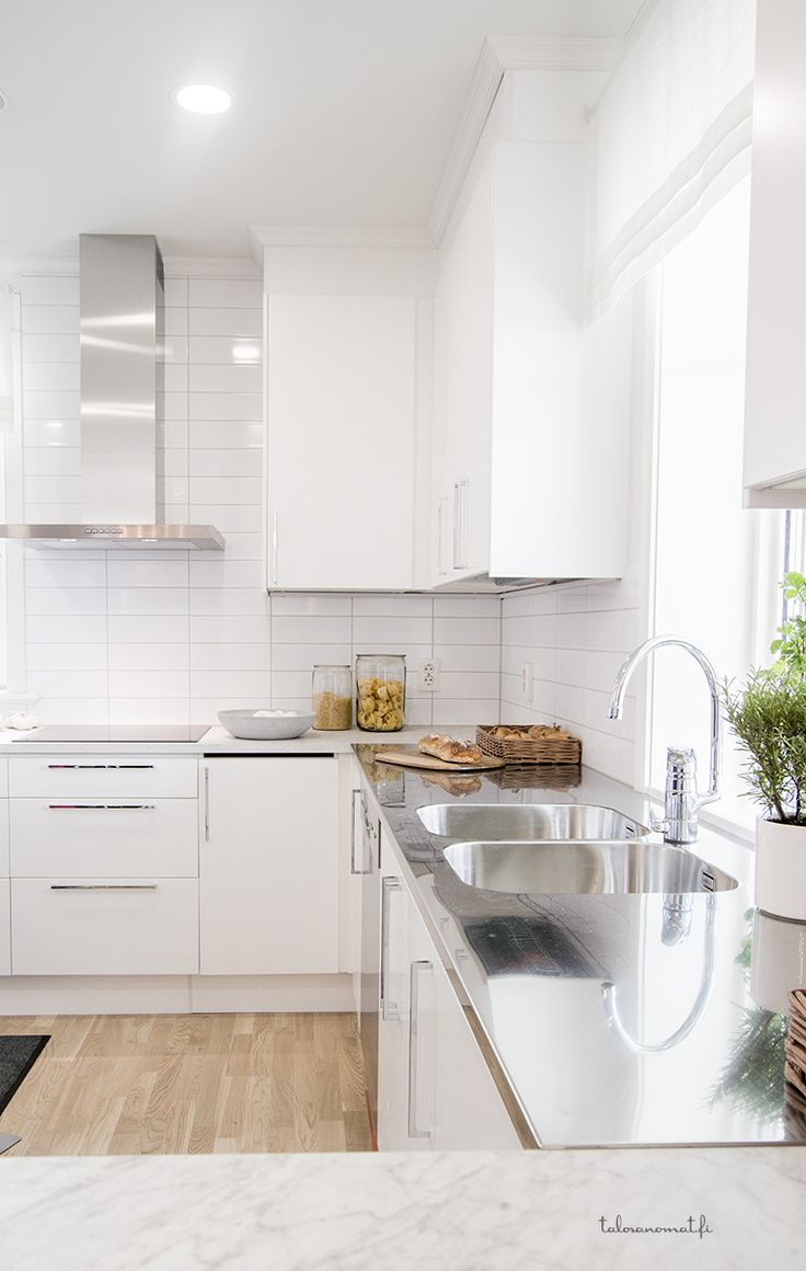 Marmorikuvio pitää pintansa, kuten myös valkoiset keittiöt! Tämä keittiö löytyy kohteesta 30 Villa Falken.