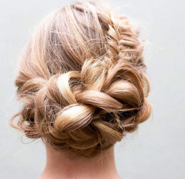 Perfect bruidkapsel (vooral weggestoken vlecht achterkant) rest mag in banen en met veel volume (hoog haar).