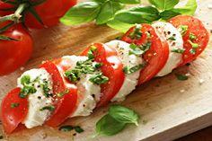 Салат капрезе с сыром мацарела