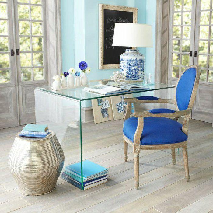 un beau coin de travail avec bureau en verre, plateau de table en verre, chaise bleu