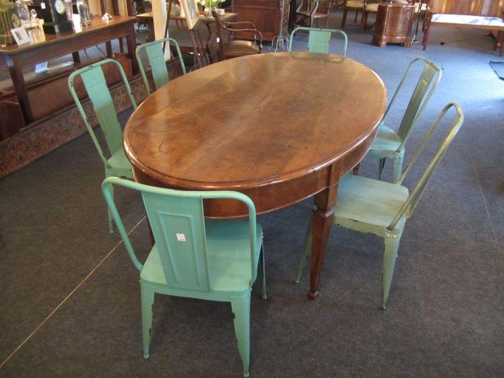 ¿Qué os parece este juego de sillas metálicas con una mesa antigua de madera?