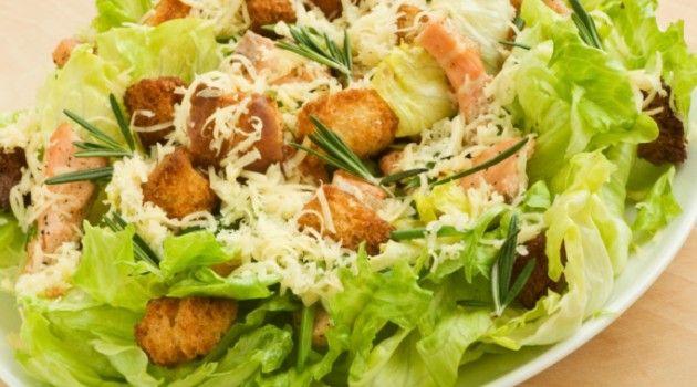 Aprenda a fazer a clássica salada Caesar - Bolsa de Mulher