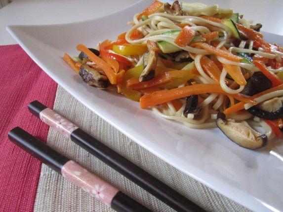 yaki udon (spaghetti giapponesi) con verdure e funghi