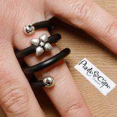 Anello fashion realizzato a mano con materiali plastici e metallici. 5,0€ su Plummy #tendenze #trendy #donna