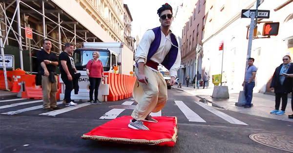 Aladdin e seu tapete mágico pelas ruas de Nova York