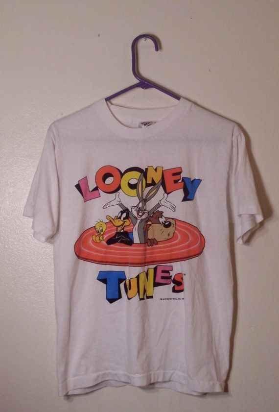 Camiseta Looney Tunes.   42 tendências de moda e acessórios que vão fazer toda garota brasileira dos anos 90 morrer de saudades