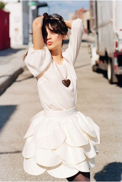 Zooey+Deschanel+in+white+petal+dress+and+heart+necklace+via+listal.com.jpg 404×600 pixels