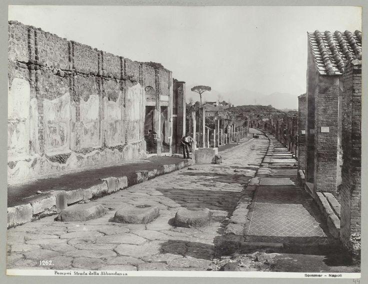 """Giorgio Sommer   1262 Pompei Strada della Abbondanza., Giorgio Sommer, , c. 1888 - c. 1903   De ruïnes van de """"straat des overvloeds"""" in Pompeï met aan weerszijde van de straat bebouwing."""