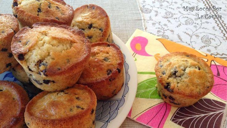 Twittear Estos muffins con una base con aroma de vainilla y con pepitas de chocolate harán las delicias de los más gol...