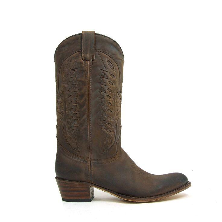 Eenvoud siert! Zo ook bij deze geweldige cowboy western Sendra Boots, model 8850! Bij deze dames laarzen is gekozen voor een stevige gladde leersoort in de kleur donker bruin waarbij de neus een ook de hiel extra donker is gepoetst wat een mooi schaduweffect geeft.. Aan de bovenzijde van de Sendra Boots een tweetal sierlussen die met een patroon heel subtiel zijn doorgestikt. De hak hoogte is ongeveer 3.5 centimeter en de neus van de laarzen loopt wat spits toe.