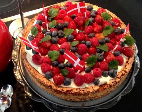Fødselsdagskage med mandelbund og bær. En rigtig lækker fødselsdagskage med mandelbund og creme. Pyntet med blandet bær og citronmelisse.