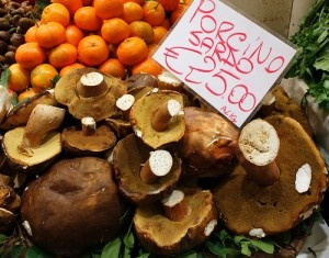 Uno dei modi più divertenti e utili per scoprire il vero spirito e la cultura enogastronomica di una nuova località, è far visita al mercato civico. Quello di San Benedetto a Cagliari, il più grande mercato coperto d'Europa.    #Sardinia #Sardegna #Localmarket #Cagliari #Travel