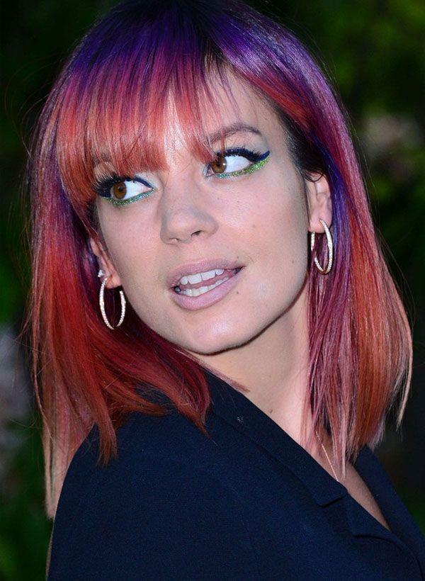 A cantora inglesa Lily Allen com o cabelo colorido.