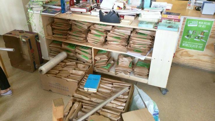 Eine weitere Aktion beim Social Day 2015 ist der Büchertisch. Der Verein verteilt gespendete Bücher an Schulbibliotheken, Kitas, Gefängnisbibliotheken und andere Einrichtungen. #scout24social #Hauptstadtengagement #SocialDay #is24 #scouties #SozialeVerantwortung #sozialesengagement #socialresponsibility