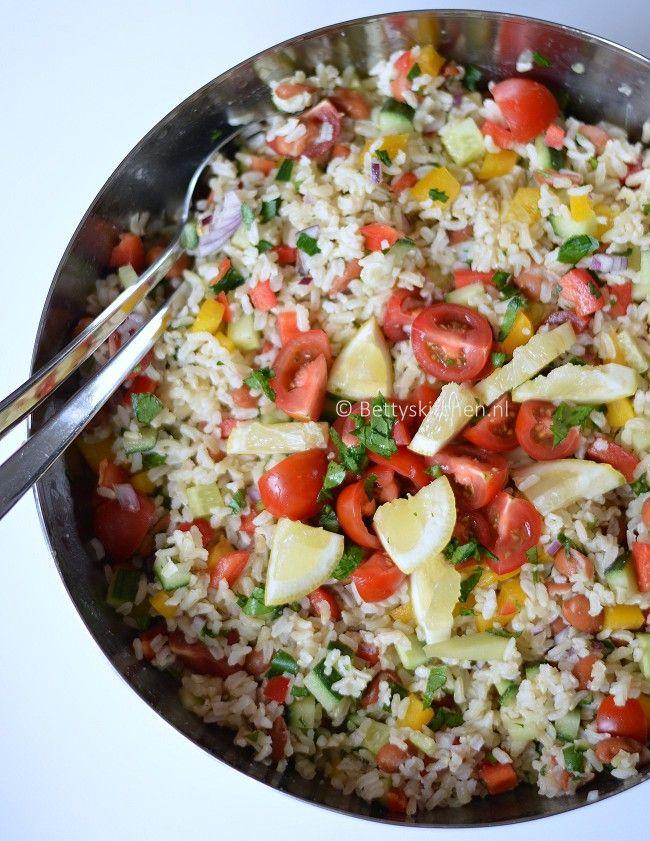 Koude rijstsalade: 350 gram (zilvervlies) rijst, 1 blikje bruine bonen (blik, 400 gram) 1 grote rode ui, 1 rode paprika, 1 gele paprika, 1 komkommer, 125 gram kerstomaatjes, sap van 1 citroen, peper en zout. 4 eetlepels olijfolie, bosje platte peterselie.