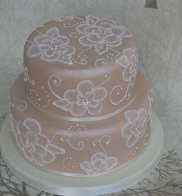 embrodery piping on wedding cake, love it