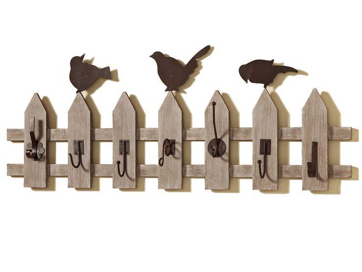Oferă-i holului tău un aspect rustic cu ajutorul ineditului cuier tip gard. Acest obiect decorativ are un aspect inedit, rustic, fiind construit din lemn şi metal. Pe acest cuier sunt prezente 7 agăţători pentru articole vestimentare iar lungimea lui totala este de 74 cm.