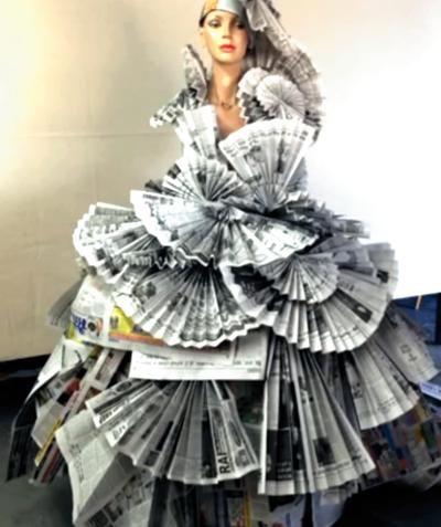 Opvallende jurk van Krantenpapier