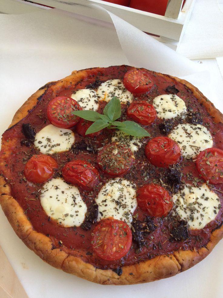 Pizza with mozzarella cherry tomatoes and olive paste http://www.instyle.gr/recipe/pitsa-motsarela-polto-elias-ke-vasiliko/