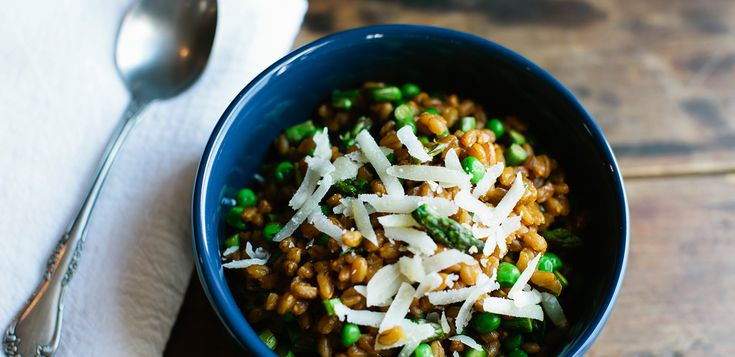 This warming farro risotto is high in natural plant-based proteins, and contains fiber, which increases satiety and digestion. #vegan #vegetarian