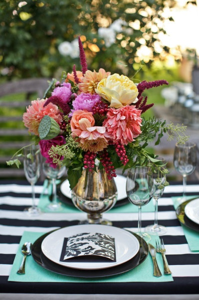 the colors and texture are mod-nificent!: Tables Sets, Mint Green, Color, Black And White, Flowers Arrangements, Black White, Photos Shoots, Places Sets, Events Style