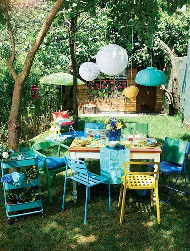 Yeşilden maviye uzanan yaz renklerini bahçe sofranızda uygulayarak deniz kenarındaymış etkisi yaratabilirsiniz.Masa, Maxxdepo. Sandalyeler, servis arabası, şemsiye, şezlong, tabure,runner, kaseler, bardaklar, Ikea. Mavi mumluk, cam şamdan, Zara Home.Tealightlar, lacivert yastık, Boyner Evde. Martin plastik rattankoltuklar, pembe çiçekler, Mudo Concept. Goblen yastık, koton plajörtüleri, English Home. Fenerler, metal fenerler, Koçtaş.Mekan: Ece Aymer Craft House/Etiler.