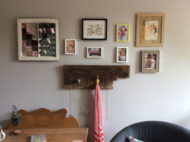 On dira ce qu'on voudra, changer de déco fait du bien! Voici ce qui orne maintenant le mur de ma chambre:   Cettemosaïque est composée de cadres de photos prises sur le web et d'illustrations. L'illustration de la bicyclette est de Lili Graffititandis que celle de fleurs est de R