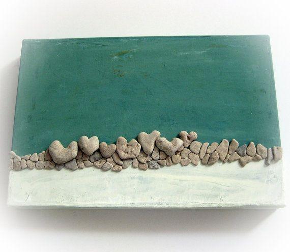 Plage de galets Art - Unique decoration murale faite de réel véritable plage de galets - Love on the Rocks Ce que vous voyez est ce que vous obtenez Prêt à expédier. Emballage cadeau Prête à suspendre Taille: ~ 12 * ~ 8 pouces / / 30 * 20 cm Couleurs : vert turquoise et crème Il sagit dune technique mixte - acrylique sur toile, le travail et en forme de coeur véritable plage roches collés à elle. Les rochers ont été trouvés sur le rivage de la mer Méditerranée en Israël. Ils sont...