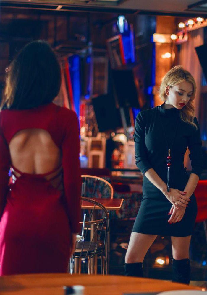 Φόρεμα ζιβάγκο με μακρύ μανίκι. Το φόρεμα είναι κρεπ στενό ελαστικό. Η πλάτη είναι ανοιχτή και έχει σχέδιο με ανοίγματα στη μέση. Είναι ένα ιδανικό φόρεμα που συνδυάζεται με γόβες η μπότες  POLYESTER 96% - SPAN 4%