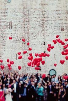 La decoración de bodas con globos es una idea original y además, económica. Usalos en la suelta de globos y en la recepción. ¡A tomar nota!