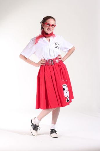 50`s blusa blanca y falda roja.