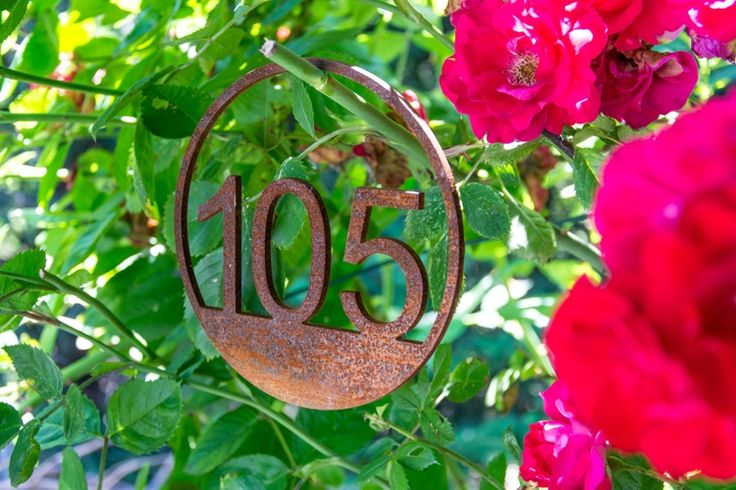 """Przedstawiamy tabliczkę, numer """"105"""" ze stali Corten ( zdjęcie wykonane po dwóch miesiącach patynowania )"""