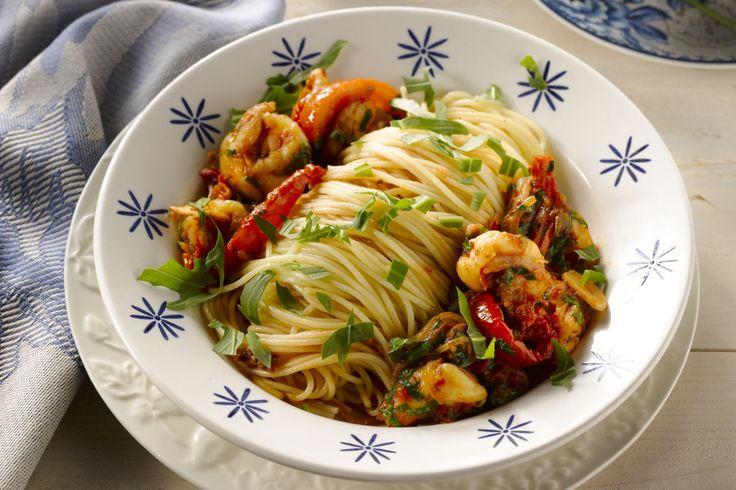 Deze spaghetti heeft heerlijke zuiderse smaken, met zongedroogde tomaatjes, lekkere scampi en rucola.