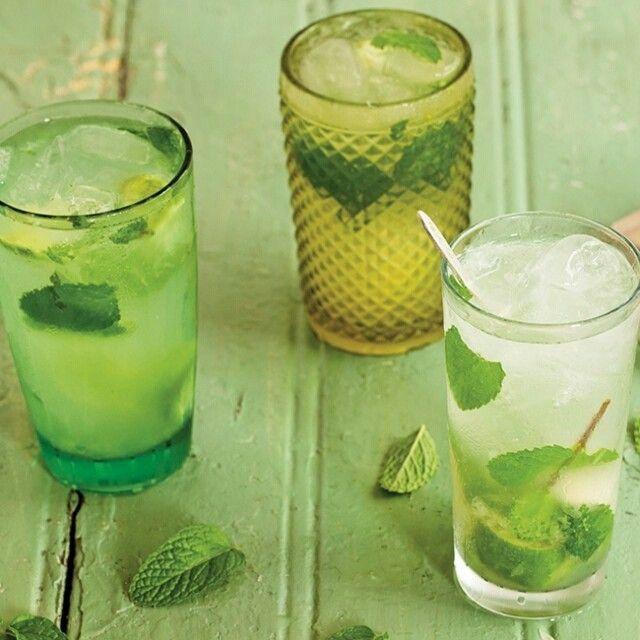 Mojito | Receita Panelinha  O mojito, drinque a base de rum quase primo da caipirinha, é delicioso e super refrescante graças as folhas frescas de hortelã. Irresistível!