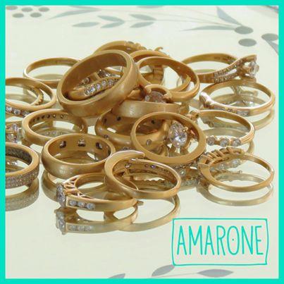 Los anillos pequeños con piedras o lisos nos permiten tener más de uno en el mismo dedo, en #Amarone tenemos un diseño si te gusta el estilo clásico o atrevido.