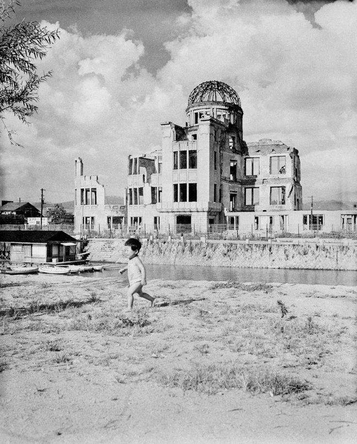 原爆ドーム近くの空き地で遊ぶ子ども=1946(昭和21)年8月、広島市内