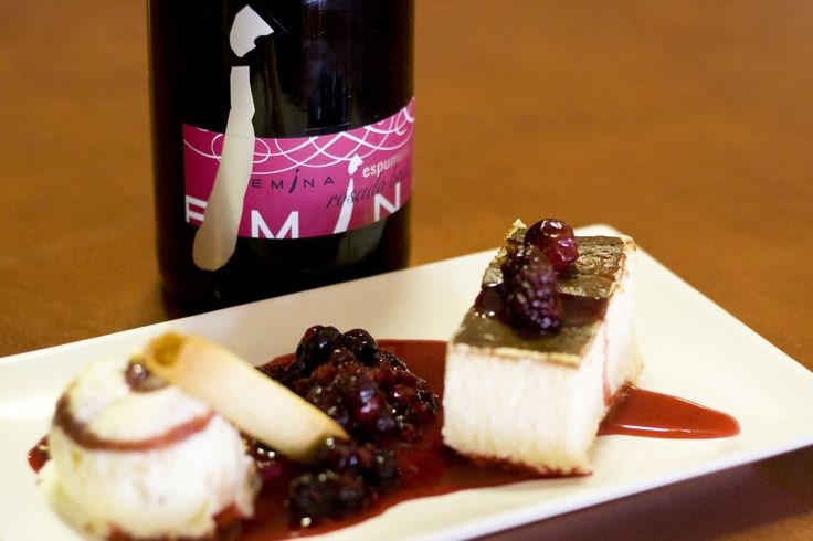 Un espumoso es la mejor combinación para esta tarta de queso con helado y frutos rojos. www.restauranteespadana.es