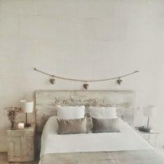 Mi dormitorio DIY : cabezal de palets, piezas recicladas y colores neutros | Decorar tu casa es facilisimo.com