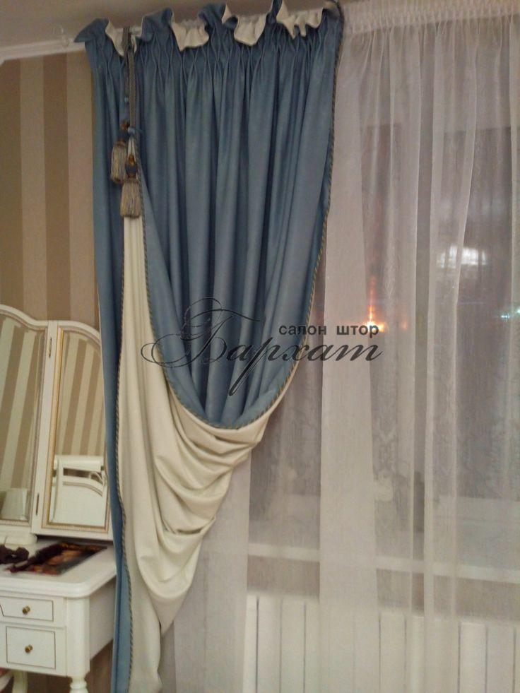 Легкие однотонные ткани подобранны в цвет интерьера, в качестве акцента выступает темная кисть. Рисунок на римской шторе повторяет ритм портьер. Миним...