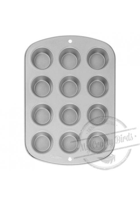 Molde de aluminio para hornear de una sola pieza. Ideal para tamaños standard de muffins y cupcakes (5cm de diámetro). No apto para el lavavajillas. MEDIDAS: 40cm x 25 cm para 12 cupcakes con un fondo aproximado de 5 cm de diámetro.