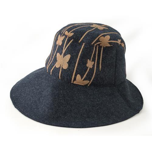 CAPPELLO MARIPOSA BLU MARRONE  -  Cappello in lana cotta con stampa disegno farfalle. Diam: 18 cm.