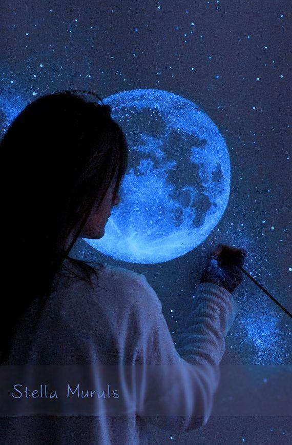 Dipingere la notte con le stelle! Bagliore nel buio luna e stelle murale.  Dimensioni: 47 x 47 o 120 x 120 cm  Murale di cielo notturno stellato autoadesivo bianco opaco. È disponibile in due sezioni appiccicose simile alla carta da parati.  Questo versatile nuovo bagliore nel murale stella oscura è dipinta sul materiale più allavanguardia in portable murales.  Sua protezione autoadesiva si attacca facilmente a quasi qualsiasi superficie liscia e piana e diverse altre superfici come cemento…